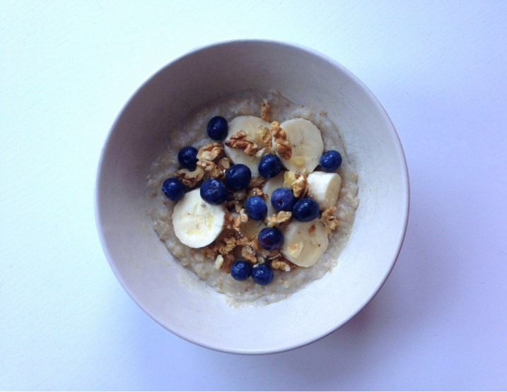 Porridge, banana, blueberries, walnuts & honey